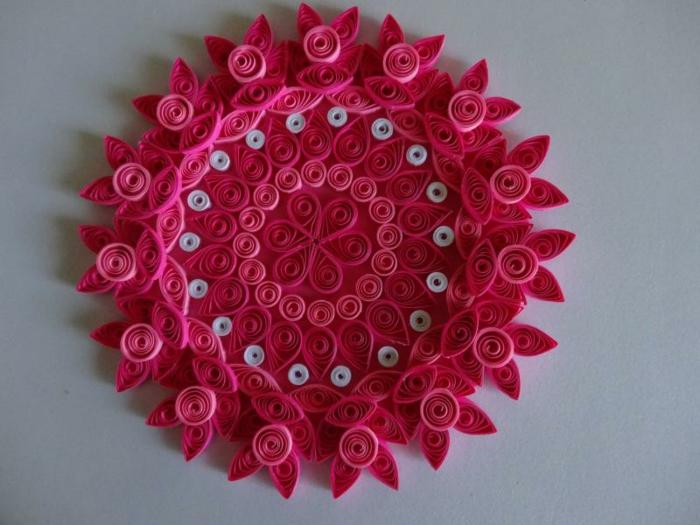 mandala rose, fleur en pétales roses, porte-bougie ou décoration de table ou de mur