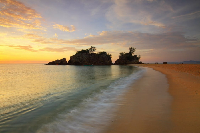 une plage divine, plus belle plage du monde, ciel aux nuages jaunes et orangés eaux transparentes vertes, sable beige, coin beauté tropicale