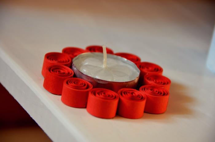 porte bougie facile avec des éléments rouges, bougie plate