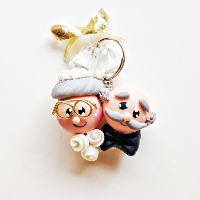 mariage surprise originale pour les invités avec modèle de porte-clé à design vieux couple amoureux en costume et robe de mariée