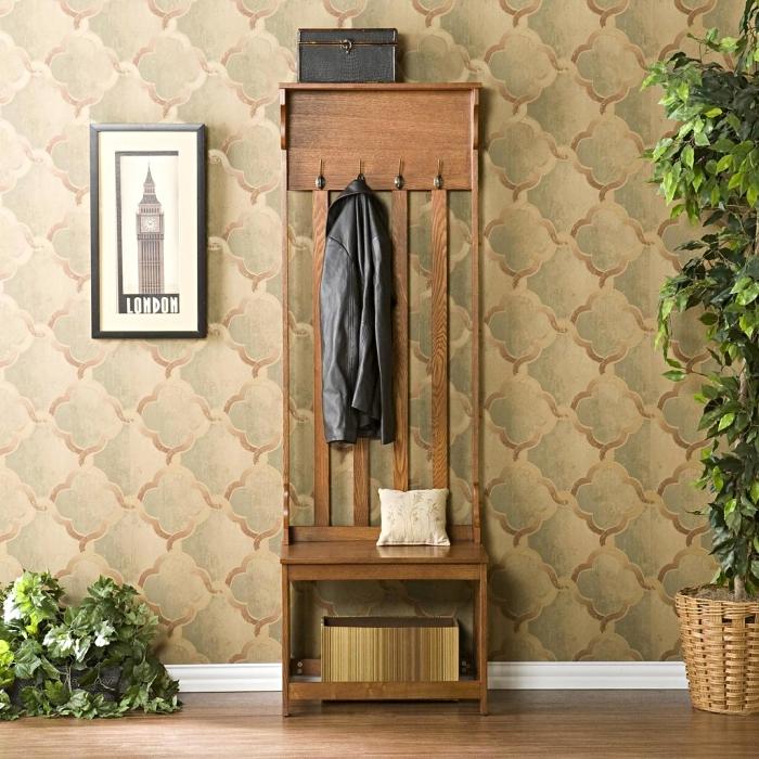 idée déco entrée maison aux murs revêtus en papier peint beige et vert avec meubles de bois foncé et plantes vertes