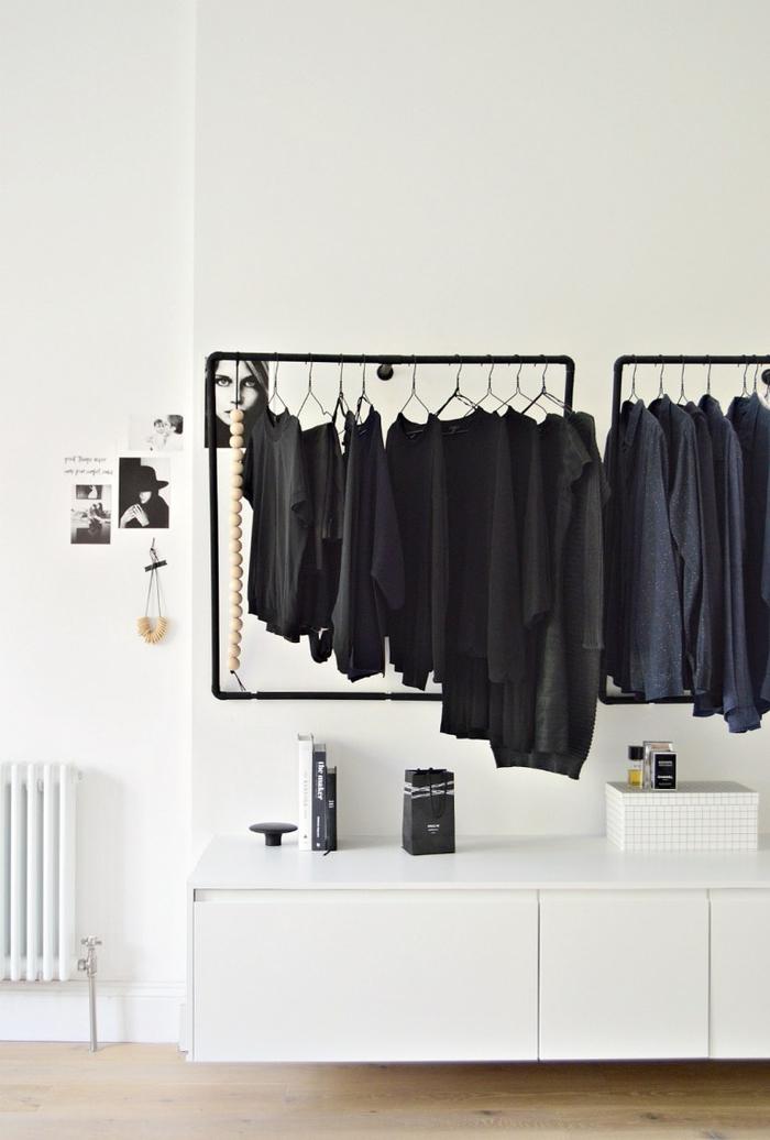chambre a coucher moderne au design minimaliste en noir et blanc avec un portant à vêtement noir diy