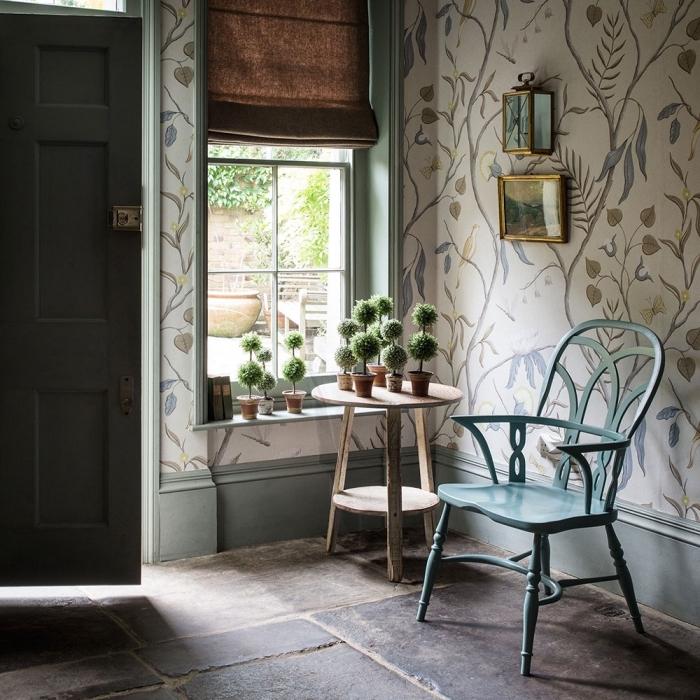 idée déco de couloir et entrée en style vintage avec chaise bleu pastel et revêtement mural en papier peint fleuri