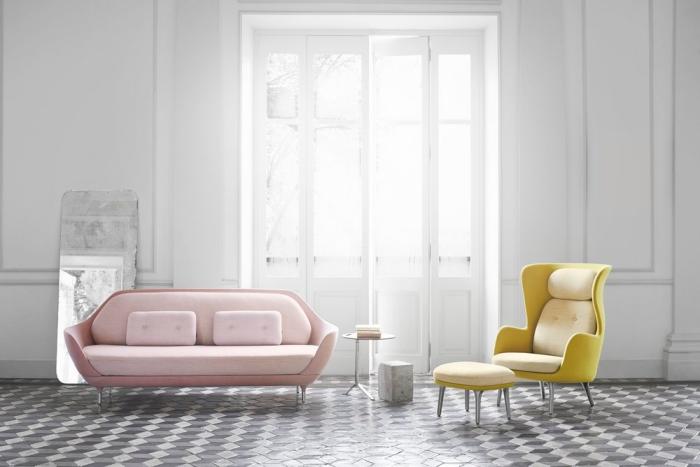 exemple de deco salon gris avec meubles design canapé rose et fauteuil jaune, intérieur total blanc avec meubles colorés