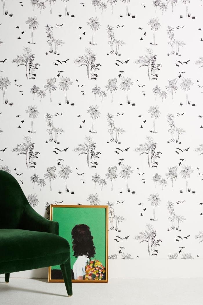 idée déco minimaliste avec papier peint pas cher en blanc et noir aux motifs oiseaux et plantes avec un fauteuil vert foncé