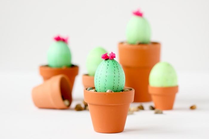 bricolage avec oeuf de paque coloré en vert et décoré en forme de petit cactus à design motifs géométriques réalisés avec marqueur noir