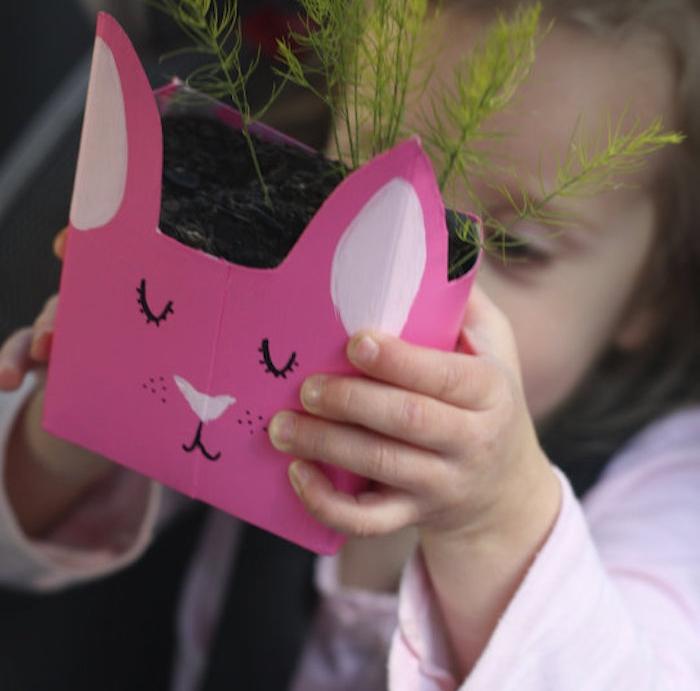 pot de fleur en carton rose avec dessin traits motif lapin de paques, activité créative pour enfant