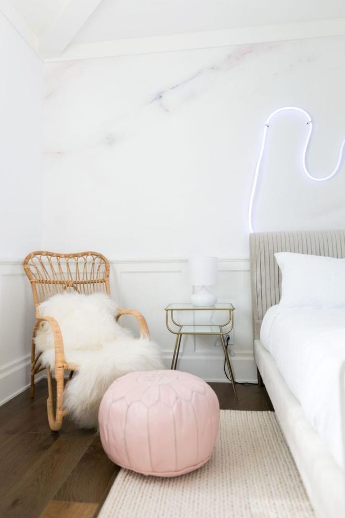 objets décoratifs pour une chambre fille moderne, murs à design marbre blanc, modèle de lit en gris et blanc