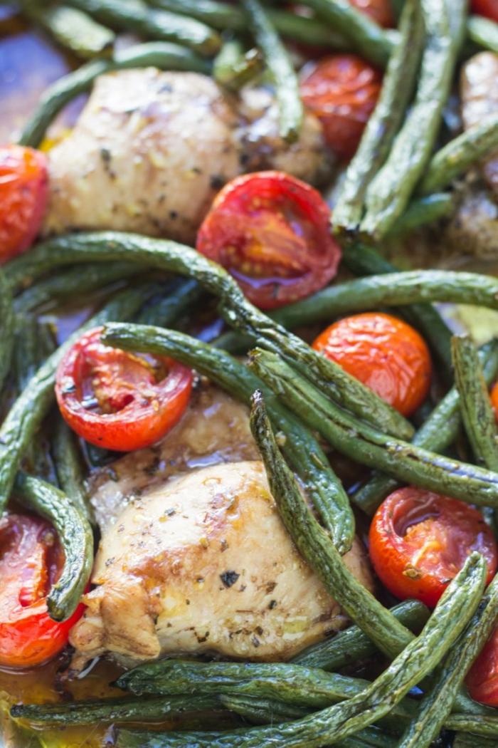 idee repas soir, recette legere, menu de la semaine, poulet aux haricots verts et aux tomates cherry, cuits a la vapeur, plat doux pour l'estomac