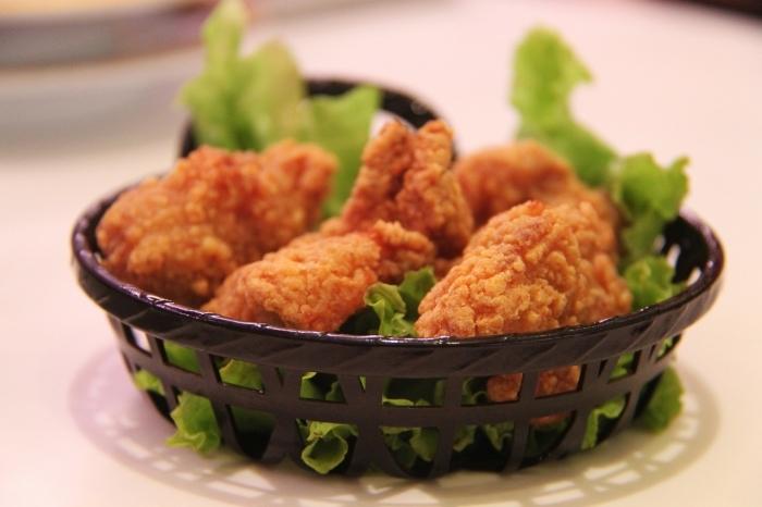 repas du soir entre amis facile avec poulet, poulet à enrobage croustillant avec garniture de salade verte