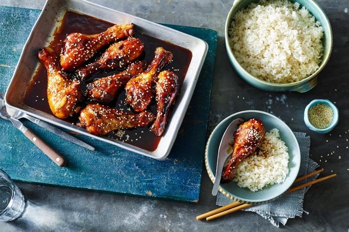 idée repas simple au pouleut préparé au four avec sésame et garniture de riz blanc, comment cuire le poulet avec sauce soja et miel au four