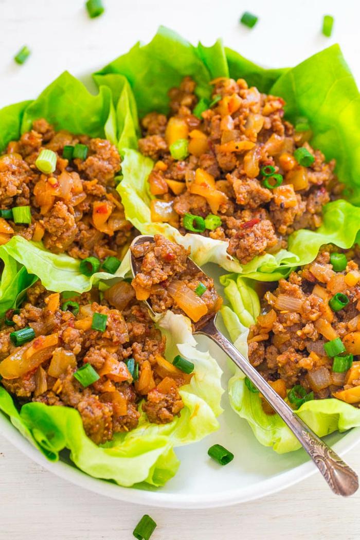 repas minceur, repas du soir léger, feuilles de salade verte remplis d'aubergines sautées et caramélisées, plat principal ou entrée, saveur fraîche