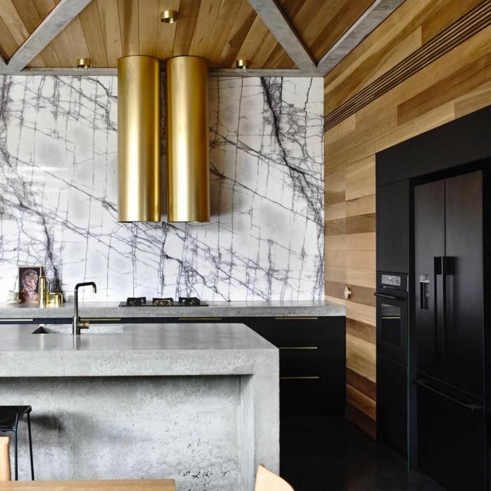 cuisine design avec déco de couleur or, ilor de cuisine central gris, meubles noirs