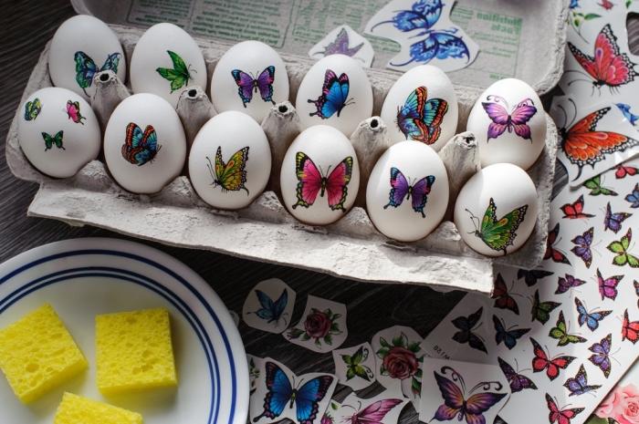 comment décorer les oeufs de paques à coquille ultra blanche avec stickers autocollants à design papillon multicolore