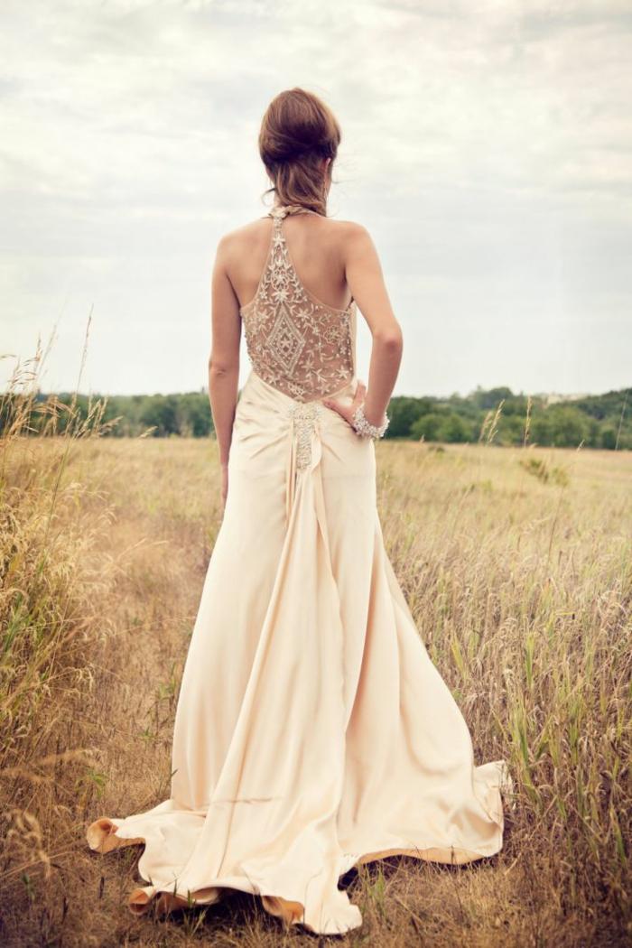 robe de mariage civil chic, robe couleur crème, dos en dentelle originale, jupe fluide longue