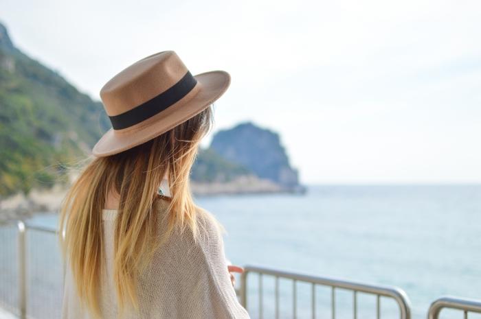 exemple de coloration avec la technique ombrage cheveux blonds de base châtain foncé, modèle de capeline beige et noir combinée avec blouse beige