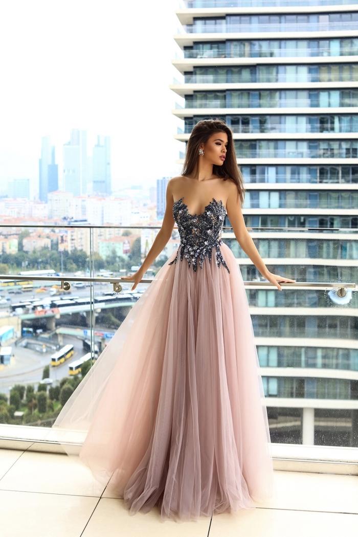 look de princesse avec une robe rose et argent à jupe en tulle rose poudré et haut design florale avec embellissement en cristaux
