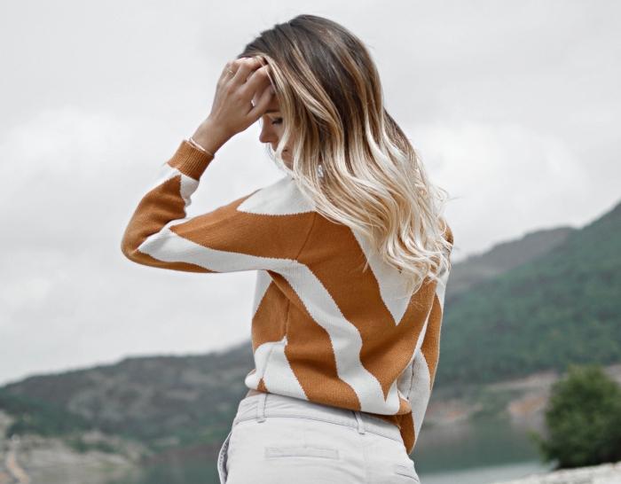 modèle de coloration ombré hair brune aux pointes blond platinum, modèle de blouse blanc et marron combiné avec pantalon blanc femme