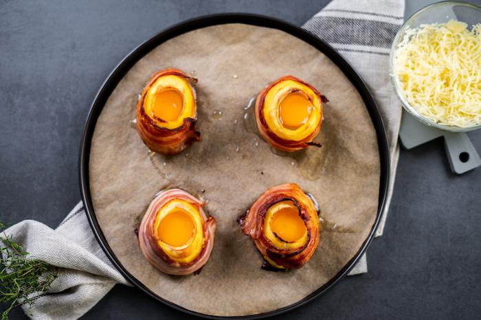 plaque de four avec patates farcies au fromage cheddar et oeufs, repas équilibré du soir