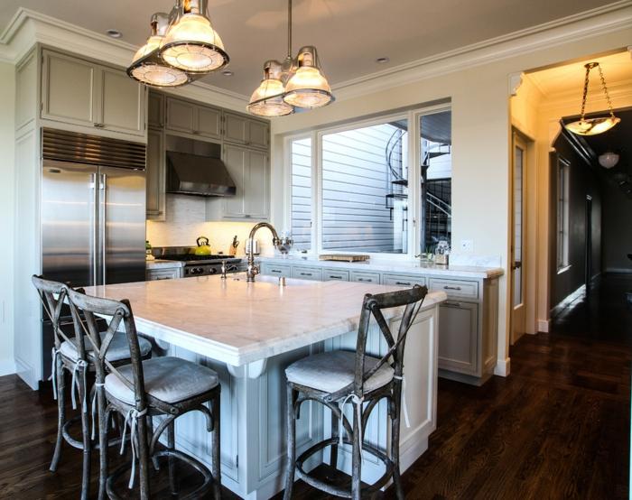 cuisine rustique industrielle, lampes suspendues, rangement intégré, spots encastrés