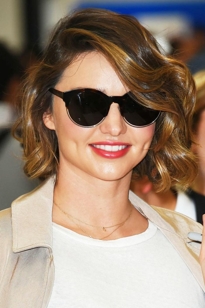 tie and dye cheveux court, lunettes de soleil noirs, jolie coiffure et couleur lumineuse