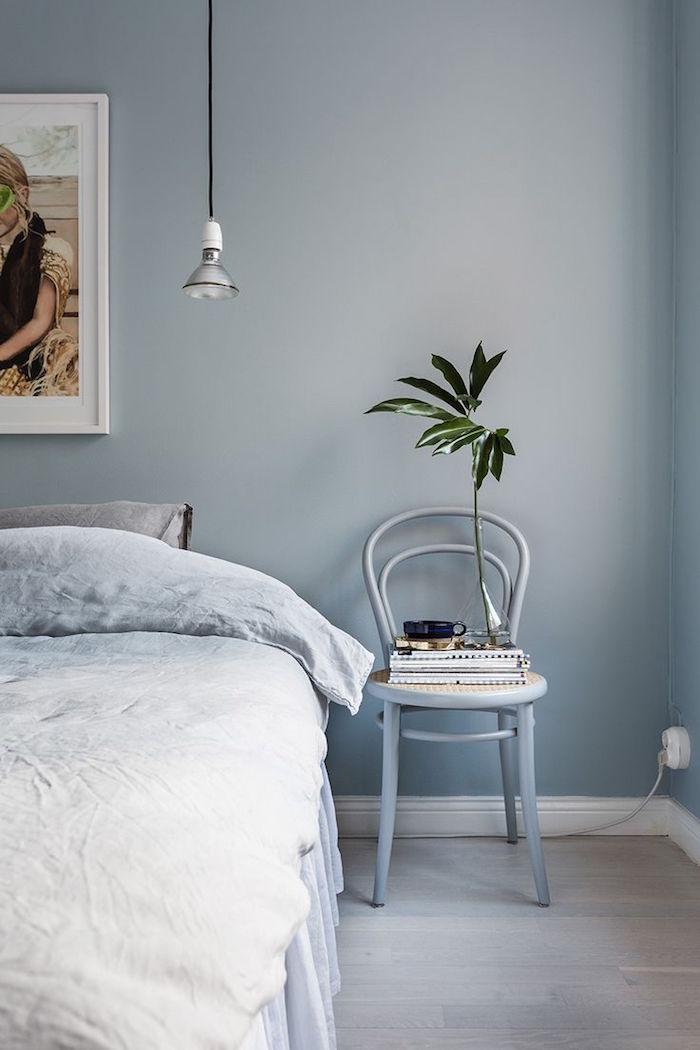 un aménagement chambre adulte avec mur gris bleu, décoration pour chambre parentale simple mais cosy