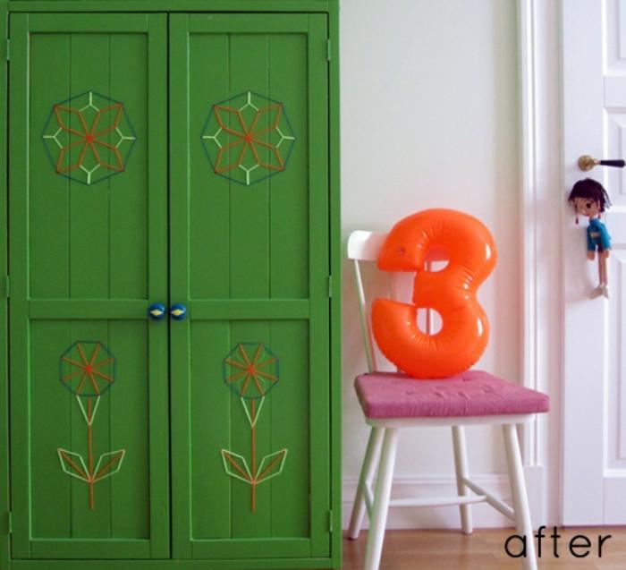 peinture bois verte, chaise blanche, armoire peinte verte, peiture murale blanche
