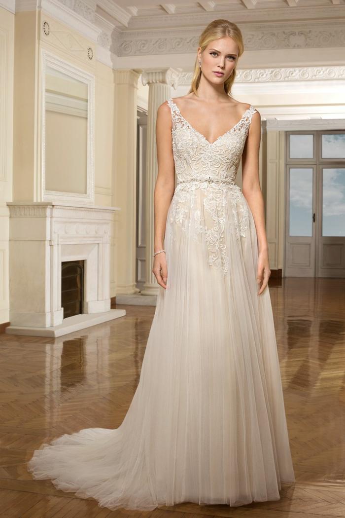 robe de mariée fluide, traîne, taille ajustée avec une ceinture fine, bretelles et décolleté en V