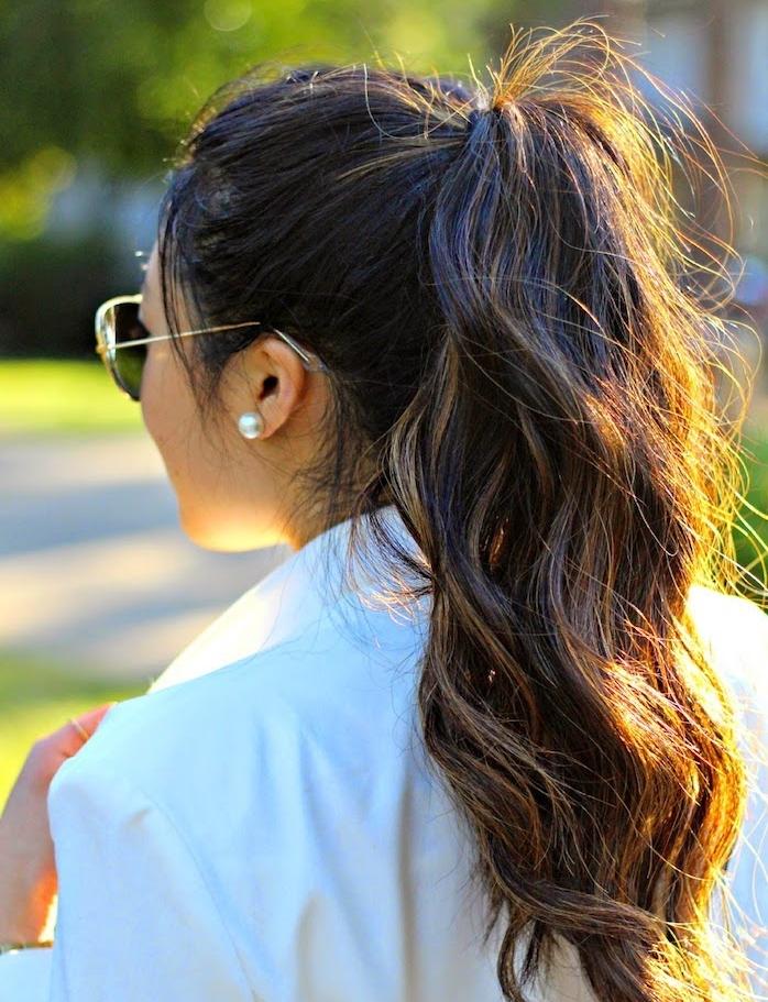 coupe de cheveux bouclés longs, queue de cheval haute ondulée, veste blanche, lunettes de soleil femme
