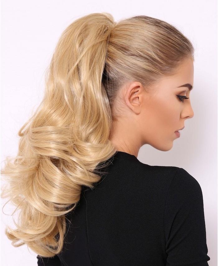 queue de cheval haute sur cheveux blond aux bouts ondulés, coiffure avec volume sur les longueurs, pull femme noir