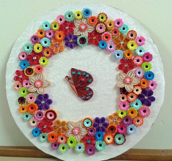 un panneau rond en papier, design très joli, fleurs et papillon volant