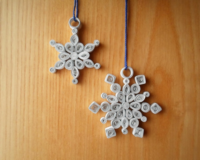 flocons de neige formes basiques en papier blanc assemblées en déco de Noel