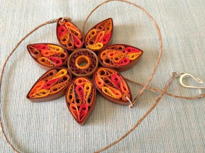 pendentif fleur avec des pétales en marron et orange, bijoux diy à faire chez soi