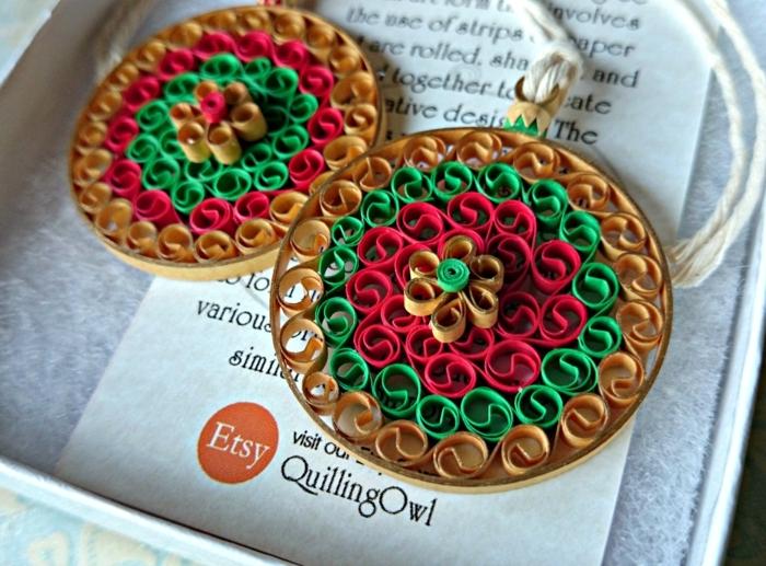colliers et boucles d'oreilles créés avec quilling, deux pendentifs ronds et colorés