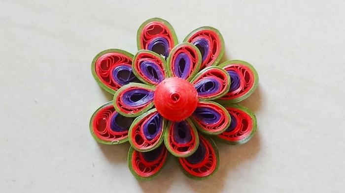 mandala en pétales superposées, fleur symétrique plusieurs couleurs