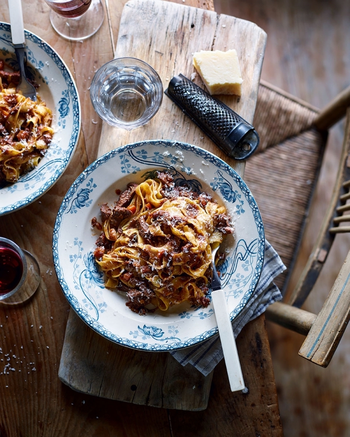 recette facile à essayer entre amis, préparer tagliatelle au poulet et parmesan râpé, idée repas facile et rapide pour le soir