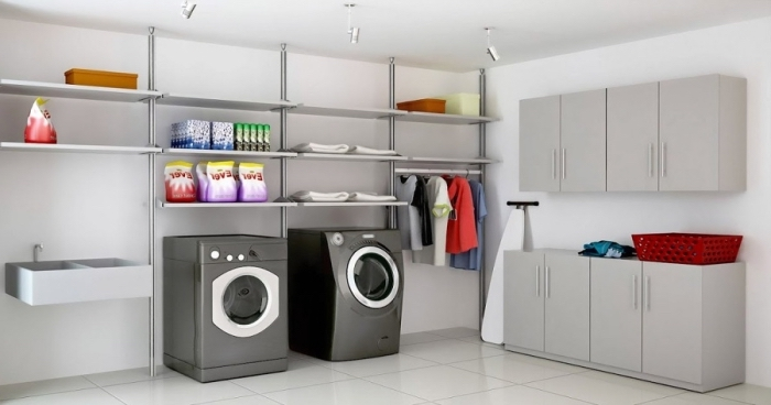 modèle de rangement cellier avec étagères, meuble de buanderie en gris sur carrelage de plancher en blanc