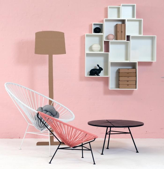 idée pour l'aménagement d'une chambre rose avec rangement mural blanc et chaises de couleur blanc et corail