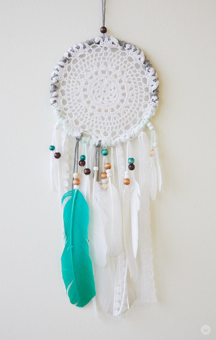 exemple attrape reve tuto, napperon blanc, decoration de chutes de dentelle et de plumes blanches et vert