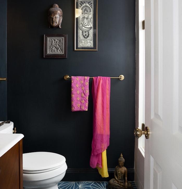 comment aménager une petite salle de bain avec mur noir, wc blanc, meuble sous vasque bois marron, deco zen orientale, motif bouddha