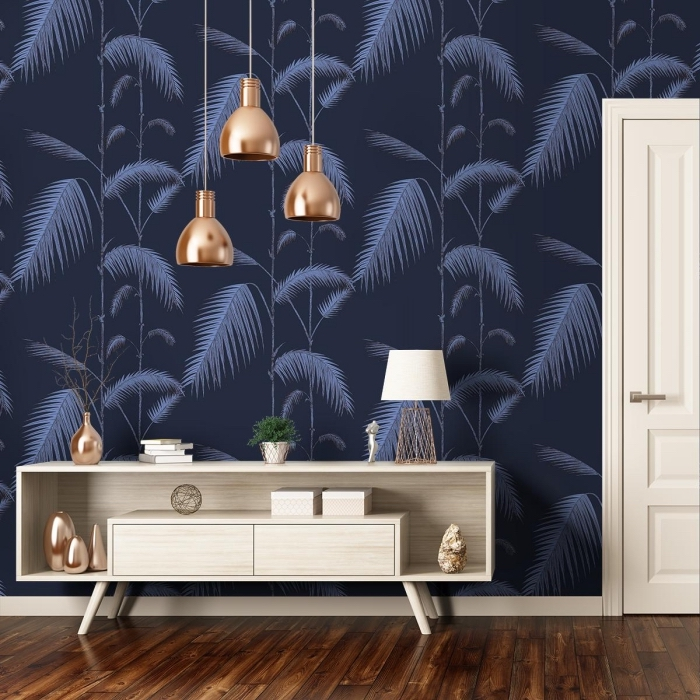 modèle de papier peint jungle tropicale de couleur bleu foncé et gris, déco intérieur moderne avec meubles de bois clair et accessoires de cuivre