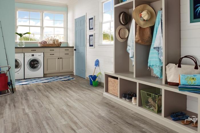 design intérieur campagnard aux murs blancs et vers avec parquet de bois, meubles de buanderie de bois avec armoires