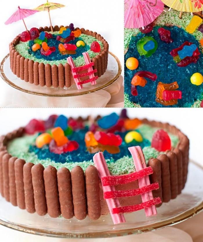 idée gateau anniversaire piscine avec une décoration originale de bâtonnets au chocolat et des bonbons gélifiés, idéal pour une fête d'été