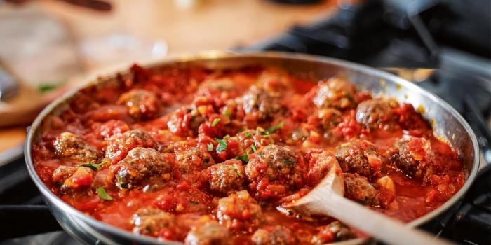 recette rapide pour le soir de la cuisine italienne, comment préparer spaghettis à la sauce tomate avec boules de viande hachée