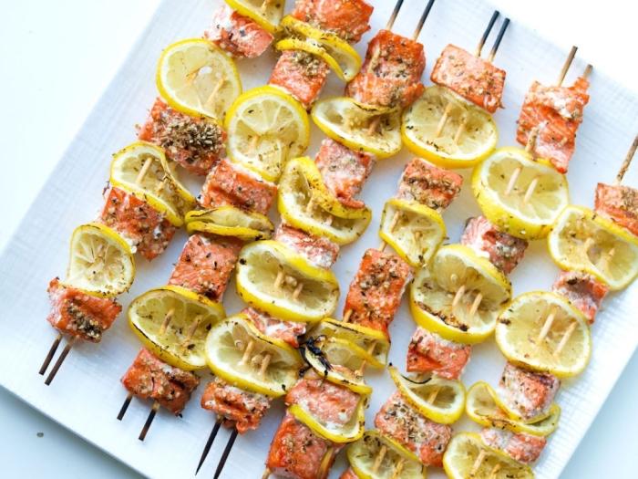 recette repas du soir au barbecue, recette de brochettes à la saumon et citron avec graines et herbes