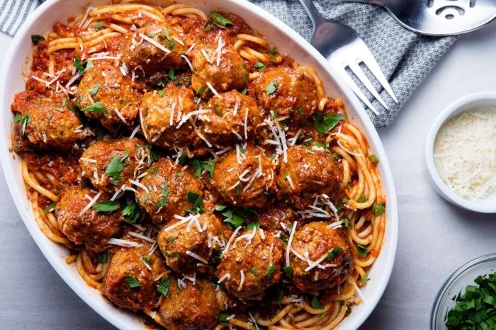 idée repas entre amis de la cuisine italienne, recette de spaghettis à la sauce tomate et boules de viande hachée avec herbes fraîches