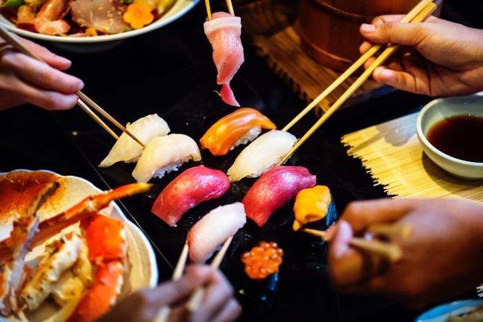 quoi manger ce soir vite fait, plateau aux légumes et viandes grillés avec sauce, brochettes de bambou au poulet