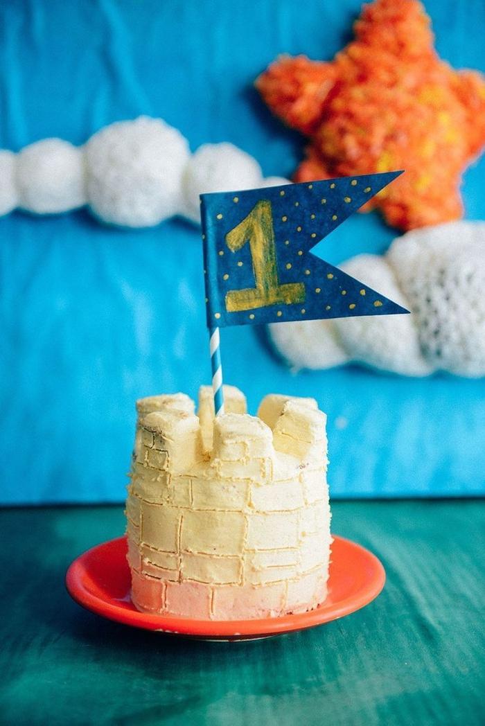 recette de gateau d'anniversaire sans gluten pour le premier anniversaire de votre petit garçon, gâteau d'anniversaire 1 an en forme de petit château recouvert de glaçage au sirop d'érable