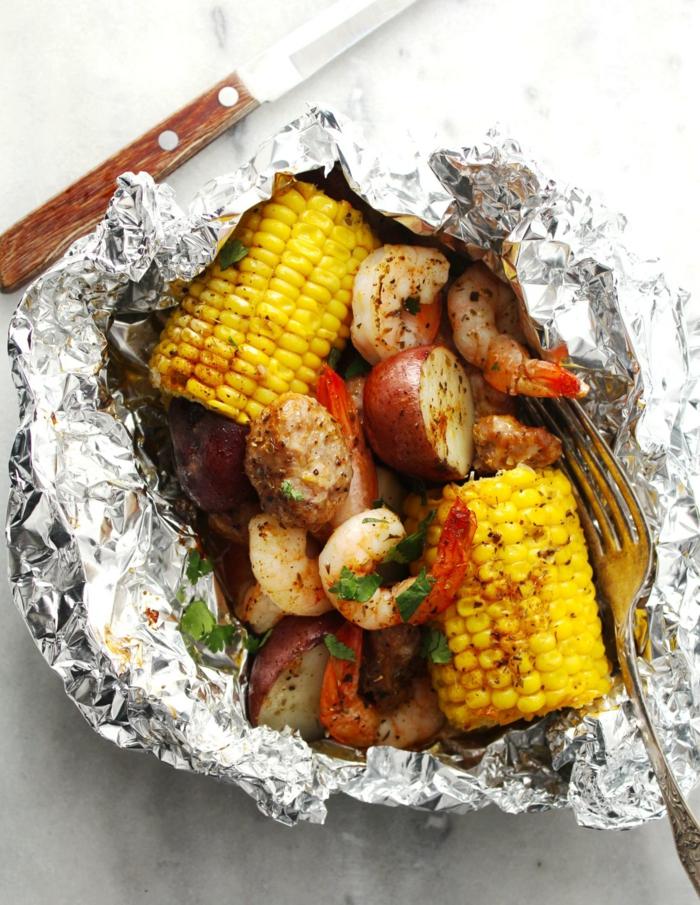 du mais et des légumes cuites dans une feuille d'aluminium, recette dietetique, idee repas soir épicé avec du poivre rouge, idée pour un menu de soirée amusante entre copains