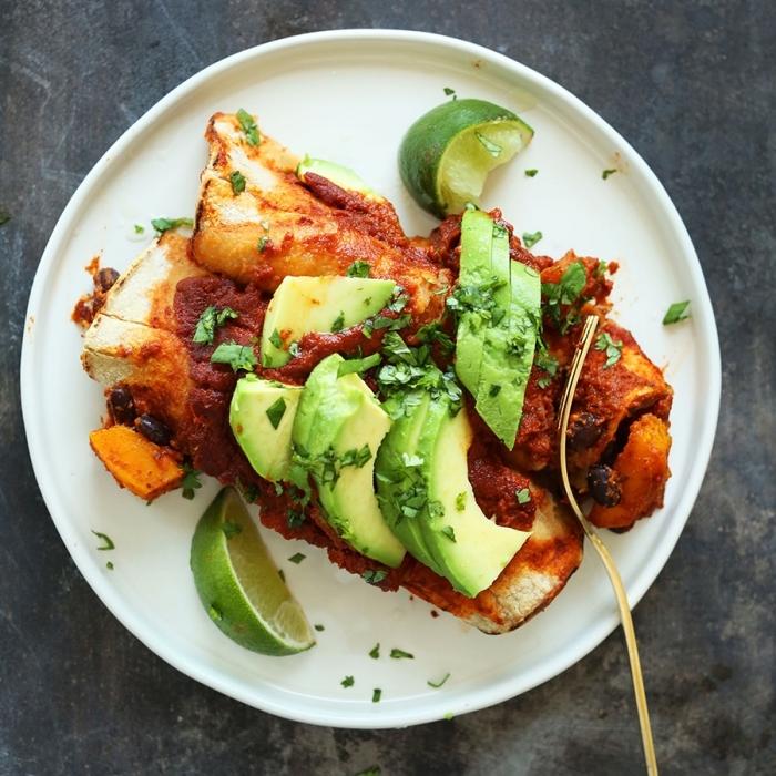 idee repas soir entre amis, recette facile pour préparer des enchiladas à la courge et aux haricots noirs avec herbes fraîches